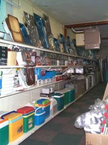 Kookplaten, gas branders, aanrechten, wasbakken, koelkasten, koelboxen en natuurlijk ook de diverse kleine reparatie en aansluit materialen.