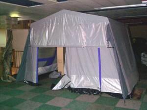 Eén van de camper voortenten, dit model kan blijven staan als u weg moet om boodschappen te doen.
